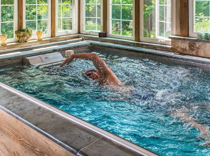 Man simmar med simmaskin, Aqua Fitness, Poolstore