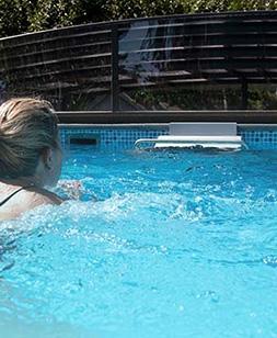 Kvinna tränar med simmaskin, Aqua Fitness, Poolstore
