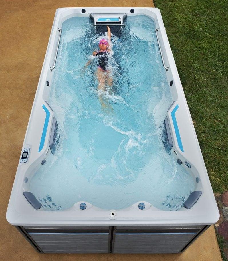Endless Pools Fitness Systems, E500, kvinna crawlar på rygg