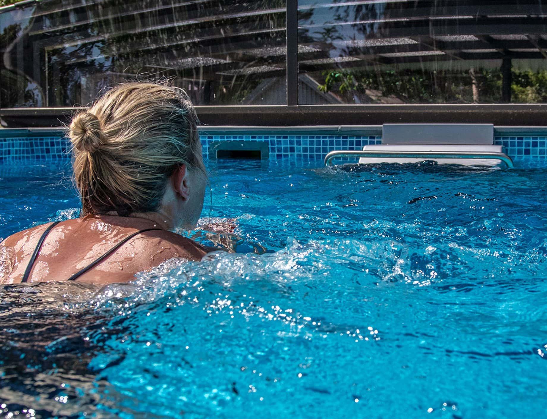 Aqua Fitness, simmaskin, kvinna simmar i pool, Pool store