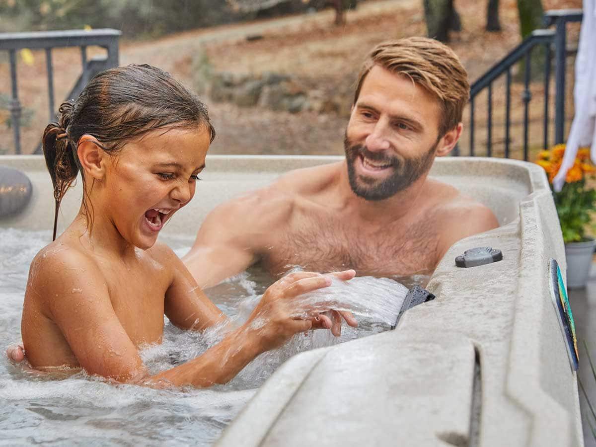 Spabad Fanatsy, pappa och dotter leker i spabadet, Pool store