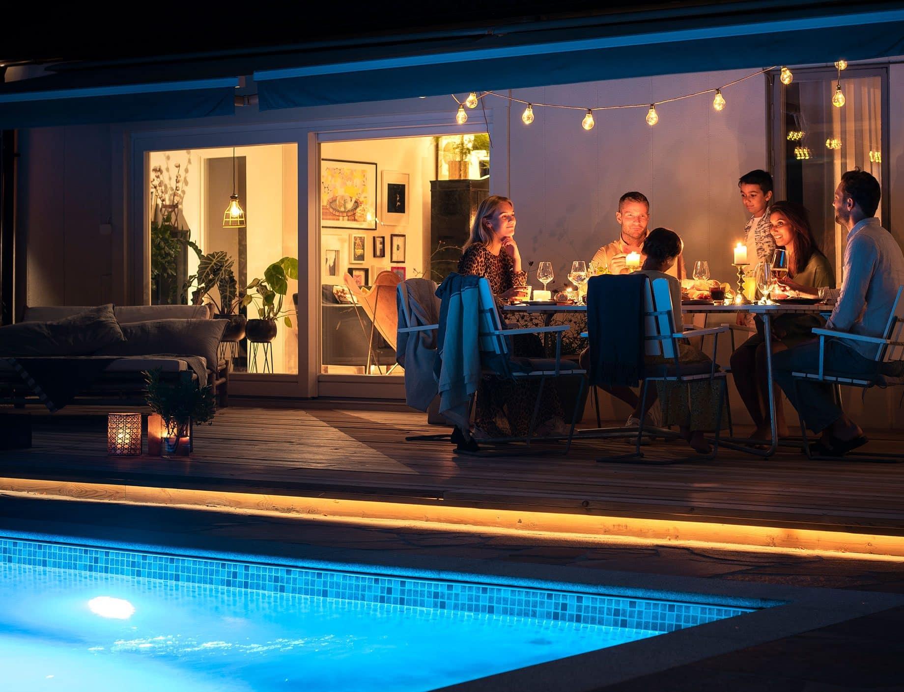 Thermopool, familj äter kvällsmat vid poolen, Pool store