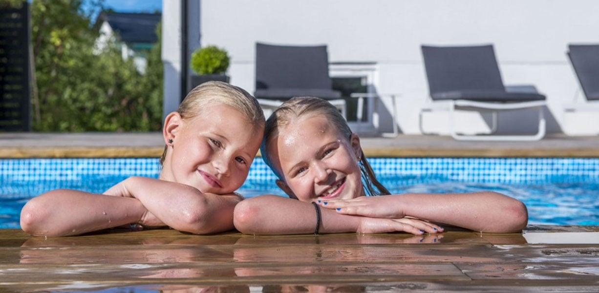Tjejer hänger på poolkanten Pool Store