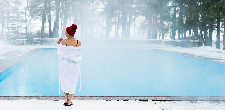 Wikipool, Vinterbada, kvinna i mössa vid pool, Pool Store
