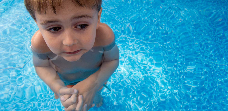 Wikipool, Lång tid att värma poolen, pojke står i vattnet och fryser, Pool Store